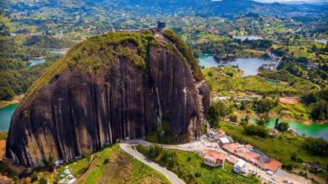 Hòn đá nguyên khối cao hơn 200 mét