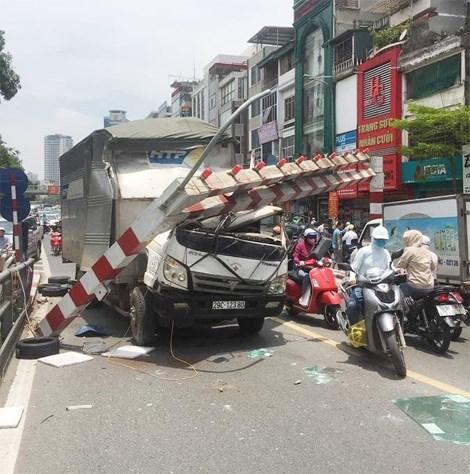 Đi nhầm đường, tài xế xe tải đâm gẫy barie cầu vượt Thái Hà