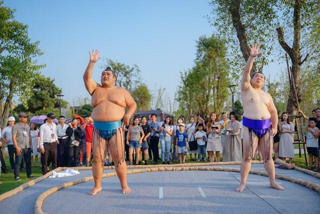 Hai đại võ sĩ sumo nổi tiếng Nhật Bản bất ngờ xuất hiện tại Việt Nam - 2