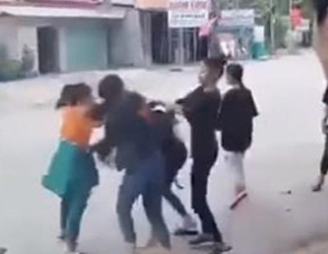 Một nữ sinh lớp 11 bị đánh hội đồng đến nhập viện