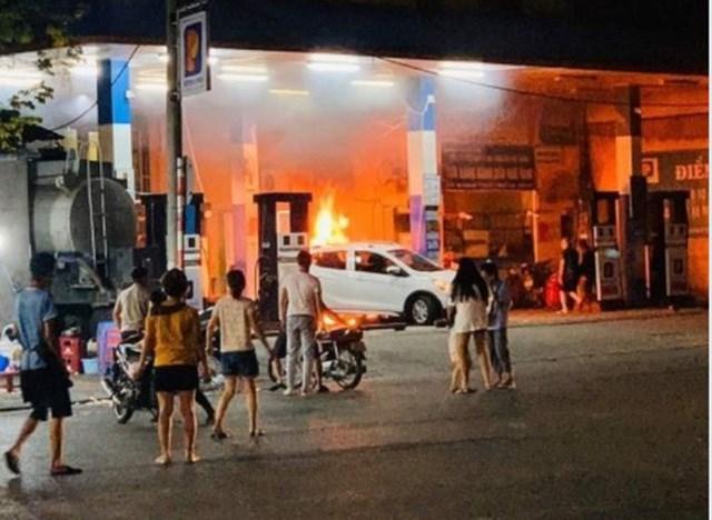 Ô tô húc đổ cột bơm xăng, bốc cháy dữ dội