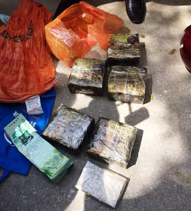 Cảnh sát nổ súng truy đuổi đối tượng đi xe máy vận chuyển 5 kg ma túy đá - 1