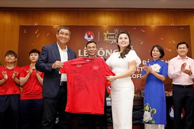 Bóng đá Việt: Vững bước với 'người đồng hành' lớn - 1