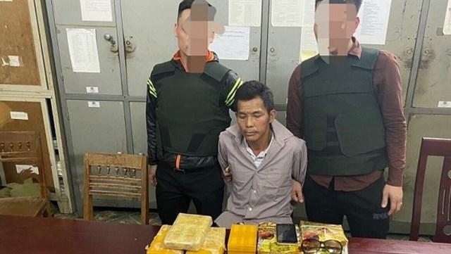 Nghệ An: Bắt thầy giáo vận chuyển 2 bánh heroin