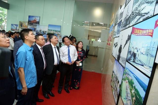 Khai mạc Triển lãm ảnh '60 năm ngành Dầu khí Việt Nam thực hiện ý nguyện của Bác Hồ' - 5