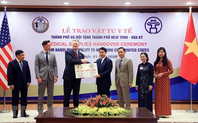 [ẢNH] Hà Nội tặng New York 150.000 chiếc khẩu trang phòng Covid-19