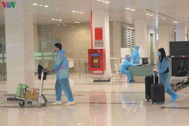 344 công dân Việt Nam từ Singapore về sân bay Cần Thơ - 1