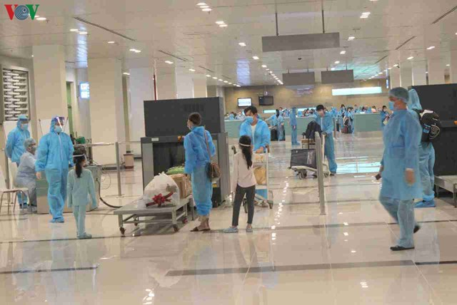 344 công dân Việt Nam từ Singapore về sân bay Cần Thơ - 4