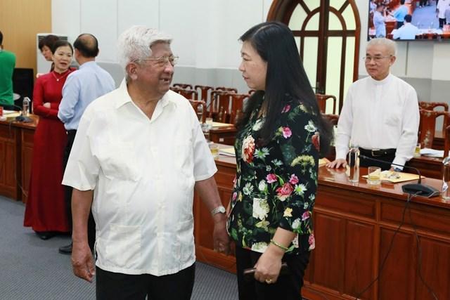 Nguyên Chủ tịch UBTƯ MTTQ Việt Nam Phạm Thế Duyệt trao đổi với đại biểu bên lề Hội nghị. Ảnh: Quang Vinh.