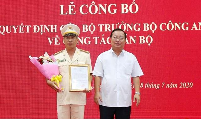 Ông Trần Văn Chuyện, Phó Bí thư Tỉnh ủy, Chủ tịch UBND tỉnh Sóc Trăng chúc mừng Thượng tá Huỳnh Hoài Hậu.