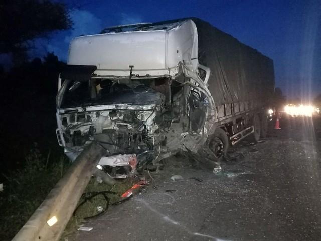Đầu xe tải cũng vỡ tung, tài xế xe tải bị thương nặng.
