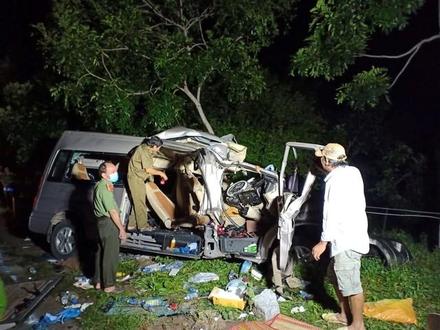 Sau đó, khi tháo dỡ hiện trường đưa người bị nạn ra ngoài mới phát hiện thêm rất nhiều người trong xe khách đã tử vong.