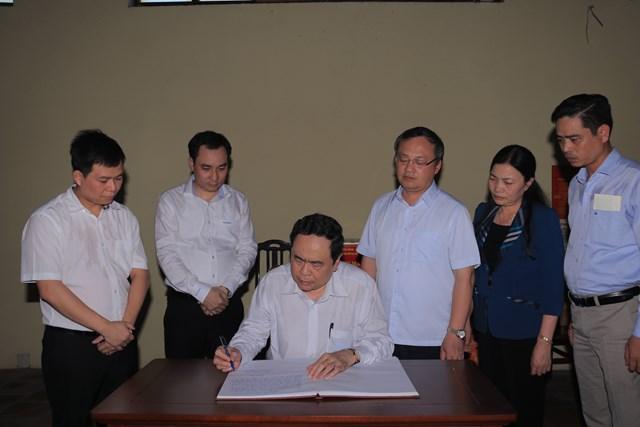 Chủ tịch Trần Thanh Mẫn ghi lại cảm tưởng khi đến thăm Nhà tưởng niệm cố Tổng Bí thư Nguyễn Văn Linh.