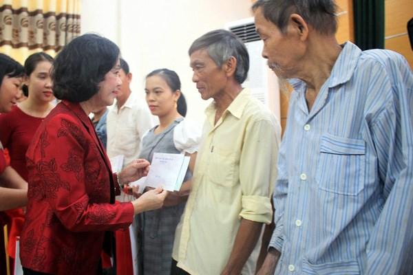 : Bà Trương Thị Mai, Trưởng ban Dân vận Trung ương tặng quà cho gia đình có công cách mạng ở Quảng Nam.