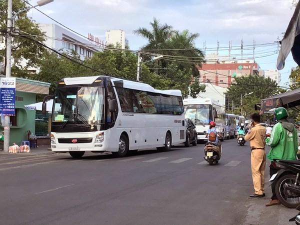 Xe 45 chỗ được huy động đưa hơn 300 bệnh nhân, người nhà bệnh nhân tại Bệnh viện Đà Nẵng đến nơi cách ly mới. Ảnh Bình Nguyên.