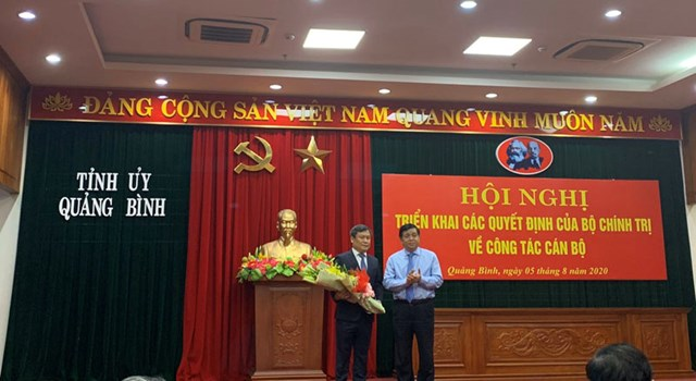 Bộ trưởng Bộ Kế hoạch và Đầu tư Nguyễn Chí Dũng chúc mừng ông Vũ Đại Thắng giữ chức Bí thư Tỉnh ủy Quảng Bình.