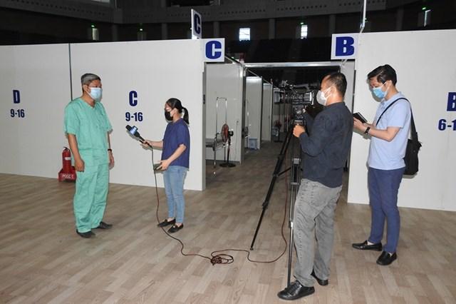 Thứ trưởng Bộ y tế Nguyễn Trường Sơn trả lời phỏng vấn của báo chí khi thị sát bên trong Bệnh viện dã chiến tại Cung thể thao Tiên Sơn (Đà Nẵng), ngày 8/8. Ảnh Thanh Tùng.