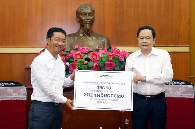 Chủ tịch Trần Thanh Mẫn tiếp nhận ủng hộ từ Tập đoàn Hành trình Thành Công Mới (NSJ Group). Ảnh: Kỳ Anh.