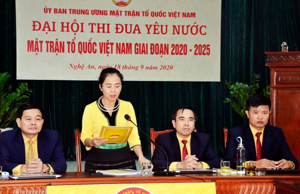 Bà Võ Thị Minh Sinh, Chủ tịch Uỷ ban MTTQ Việt Nam tỉnh Nghệ An phát biểu tại đầu cầu Nghệ An.