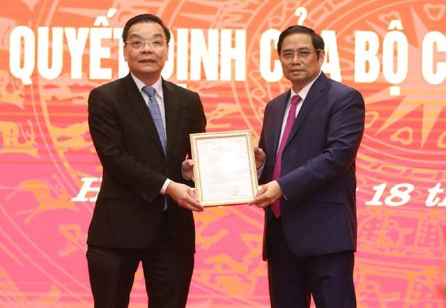 Trưởng Ban Tổ chức Trung ương Phạm Minh Chính trao quyết định cho ông Chu Ngọc Anh. Ảnh: kinhtedothi.
