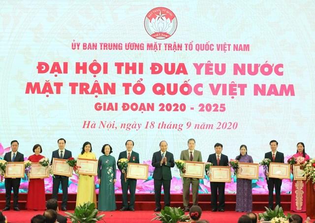Thủ tướng trao Bằng khen của Thủ tướng cho các cá nhân xuất sắc.