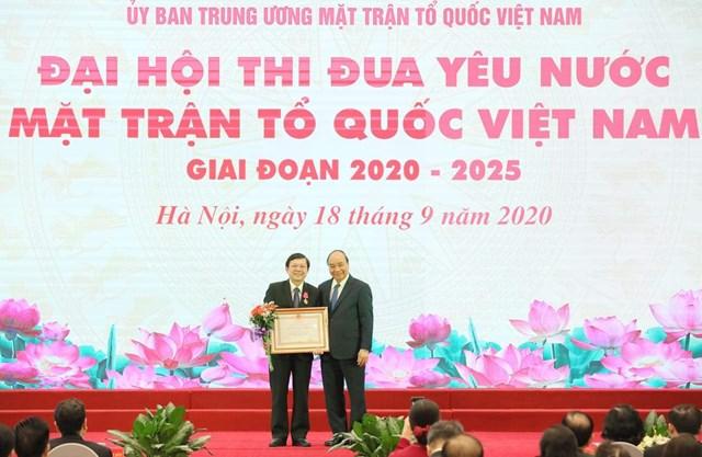 Thủ tướng Nguyễn Xuân Phúc trao Huân chương Lao động hạng Nhì cho Phó Chủ tịch Nguyễn Hữu Dũng.