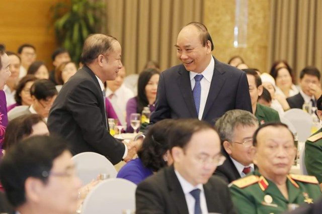 Thủ tướng Nguyễn Xuân Phúc trao đổi với các đại biểu dự Đại hội.