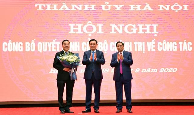 Bí thư Thành uỷ Hà Nội Vương Đình Huệ tặng hoa chúc mừng tân Phó Bí thư Thành ủy Chu Ngọc Anh. Ảnh: kinhtedothi.