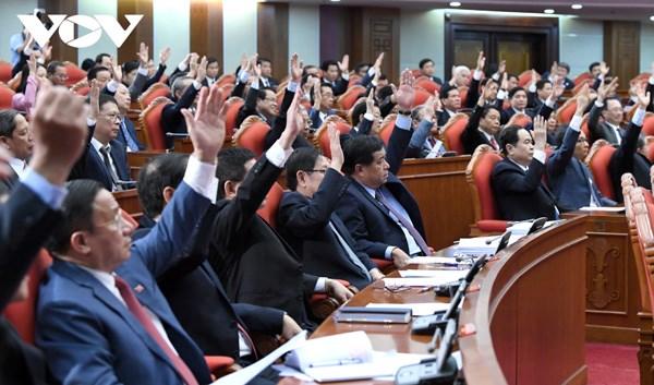 Các đại biểu biểu quyết tại Hội nghị. Ảnh: VOV.
