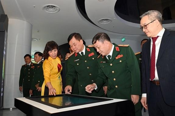 Trung tướng Hoàng Xuân Chiến, Ủy viên Trung ương Đảng, Thứ trưởng Bộ Quốc phòng cùng các đại biểu tham quan nhà truyền thống của Tập đoàn Viettel.