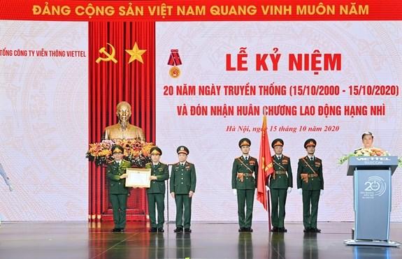 Trung tướng Hoàng Xuân Chiến trao Huân chương Lao động hạng Nhì cho Viettel Telecom.