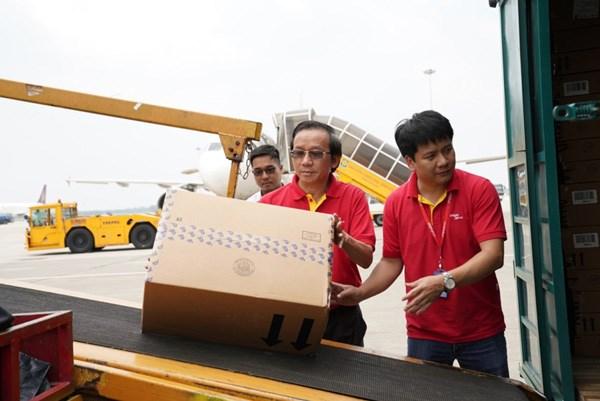 Hàng hóa được đưa cẩn thận lên máy bay.