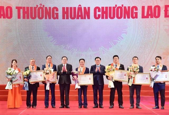 Bí thư Thành ủy Vương Đình Huệ và Chủ tịch UBTƯ MTTQ Việt Nam Trần Thanh Mẫn và đại diện các doanh nghiệp được trao Huân chương Lao động.Ảnh: Quang Vinh.