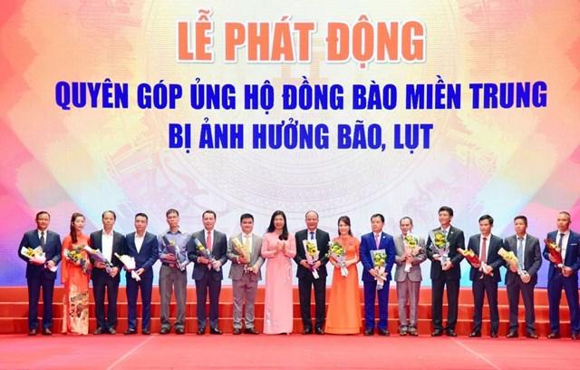 Chủ tịch Ủy ban MTTQ Việt Nam thành phố Hà Nội Nguyễn Lan Hương tiếp nhận ủng hộ của các đơn vị quyên góp ủng hộ đồng bào miền Trung bị ảnh hưởng bão, lụt.Ảnh: Quang Vinh.