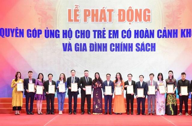 Giám đốc Sở Lao động, Thương binh và Xã hội Hà Nội Bạch Liên Hương tiếp nhận quyên góp ủng hộ cho trẻ em có hoàn cảnh khó khăn và các gia đình chính sách trên địa bàn thành phố Hà Nội. Ảnh: Quang Vinh.