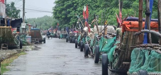 Ngư dân Quỳnh Lưu đưa thuyền lên bờ tránh bão.