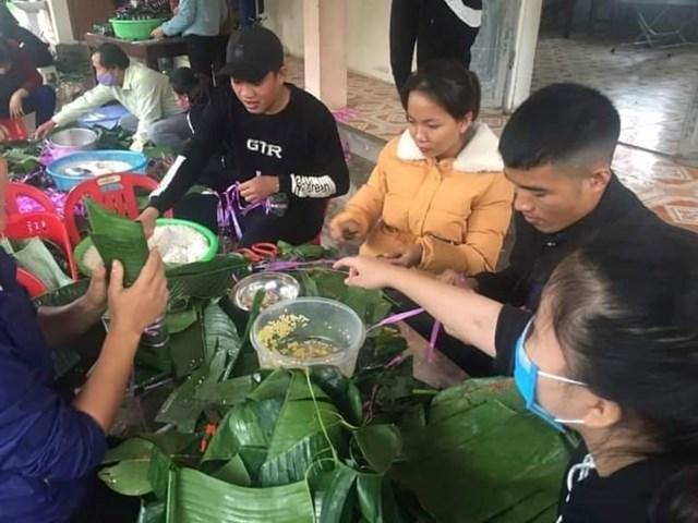 Giáo viên trường Tiểu học Nghi Yên đùm bánh ủng hộ.