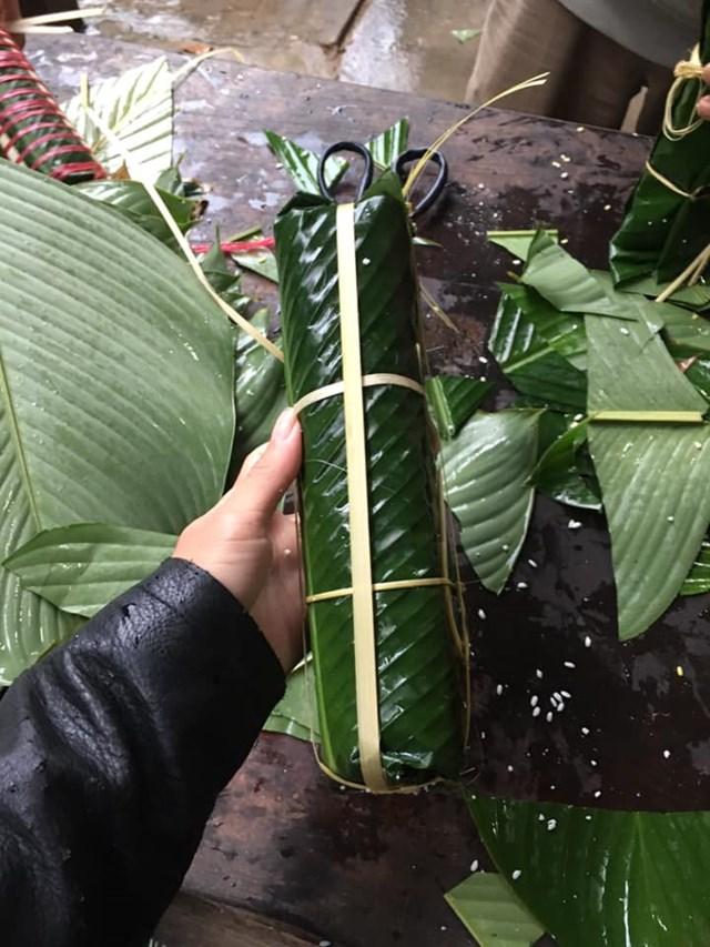 Những chiếc bánh tét được hoàn thành là tấm lòng người dân xứ Nghệ gửi động viên bà con vùng lũ Quảng Bình.