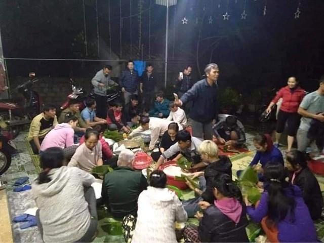 Người dân xóm Phượng Sơn gói bánh ủng hộ bà con vùng lũ.