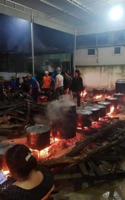 Hàng trăm cái bánh được người dân xóm Phượng Sơn, xã Đồng Văn làm xuyên đêm để kịp thời chuyển đến người dân vùng lũ đang đói rét nhiều ngày qua.