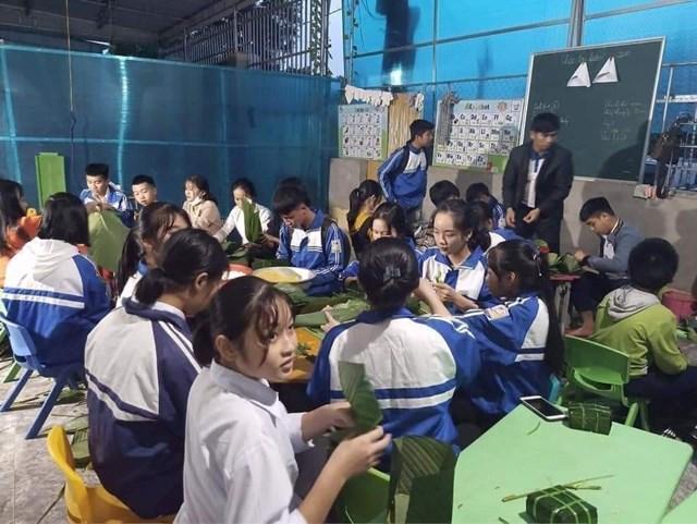 Nhiều học sinh tại trường THPT Nguyễn Cảnh Chân (huyện Thanh Chương) gói bánh chưng ủng hộ
