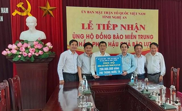 Ngành Giáo dục tỉnh Nghệ An ủng hộ đồng bào miền Trung 200 triệu đồng khắc phục hậu quả bão lụt.