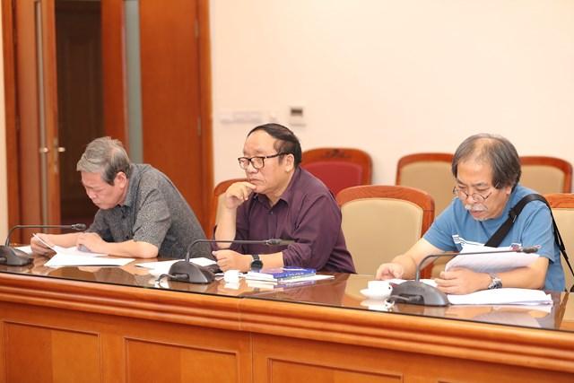 Nhà thơ Trần Đăng Khoa (giữa)- Chủ tịch Hội đồng Giám khảo, nhà văn Nguyễn Quang Thiều (phải) và nhạc sĩ Nguyễn Thụy Kha tại phiên chấm Giải Dế Mèn 2020.