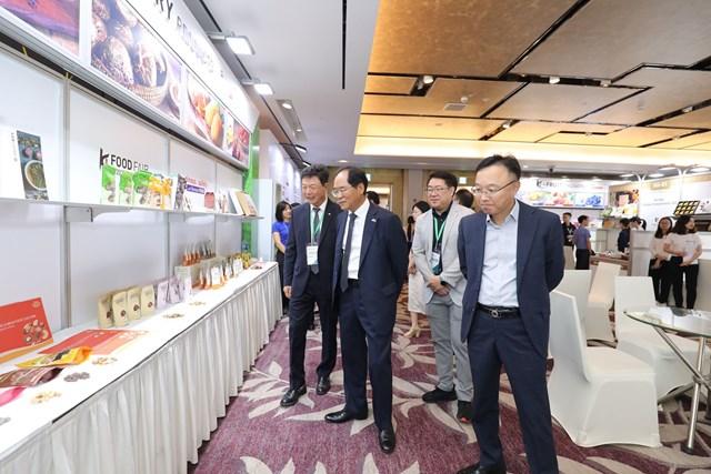 Các đại biểu thăm gian hàng giới thiệu sản phẩm.