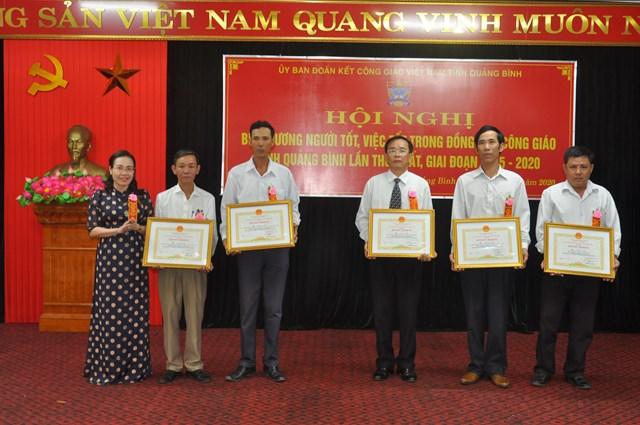 Chủ tịch Ủy ban MTTQ Việt Nam tỉnh Quảng Bình Phạm Thị Hân trao Bằng khen của Chủ tịch UBND tỉnh cho 5 cá nhân tiêu biểu.