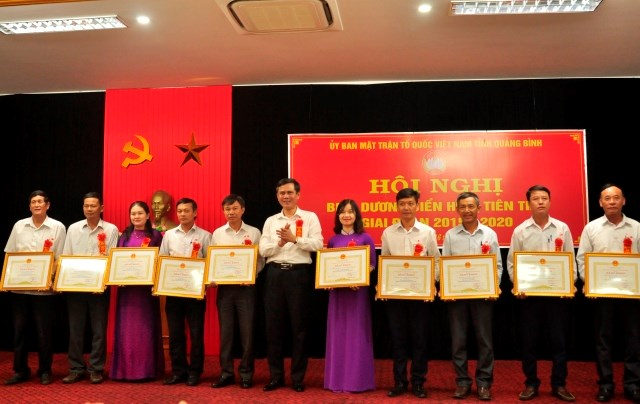 Ông Trần Thắng, Phó Bí thư Thường trực Tỉnh uỷ Quảng Bình tặng Bằng khen của Chủ tịch UBND tỉnh cho các tập thể.