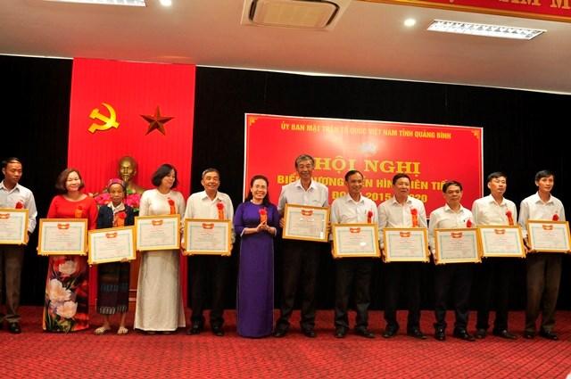 Bà Phạm Thị Hân, Chủ tịch Ủy ban MTTQ Việt Nam tỉnh Quảng Bình tặng Bằng khen cho các cá nhân.