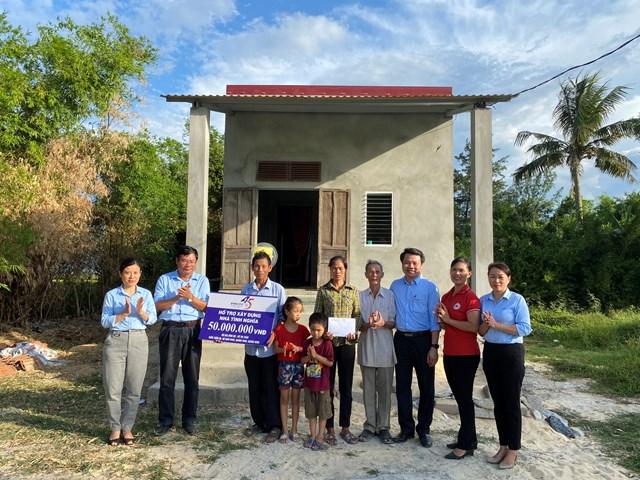 Trao tặng nhà tình nghĩa cho gia đình chính sách ở thôn Trần Xá, xã Hàm Ninh (Quảng Ninh, Quảng Bình).
