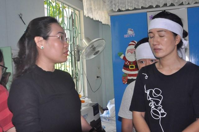 Bà Phạm Thị Hân, Chủ tịch Ủy ban MTTQ Việt Nam tỉnh Quảng Bình đến động viên, thăm hỏi gia đình bị nạn.