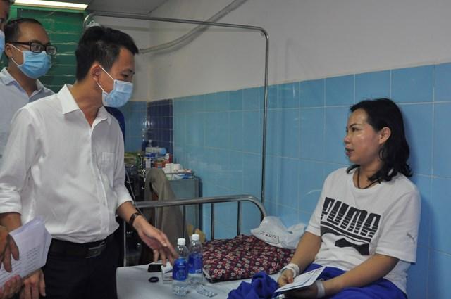 Ông Trần Quang Minh, Phó Chủ tịch Ủy ban MTTQ Việt Nam tỉnh Quảng Bình thăm các bệnh nhân đang chữa trị tại bệnh viện.